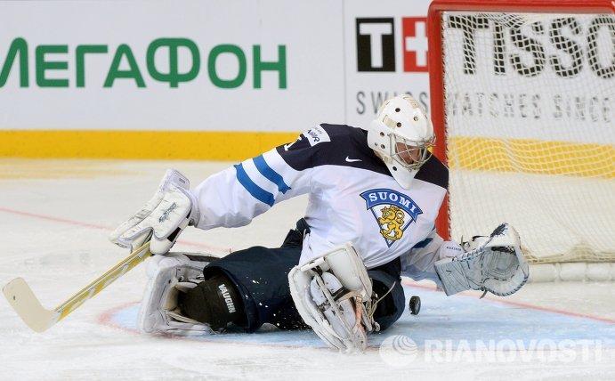 Вратарь сборной Финляндии Микко Коскинен пропускает гол в свои ворота