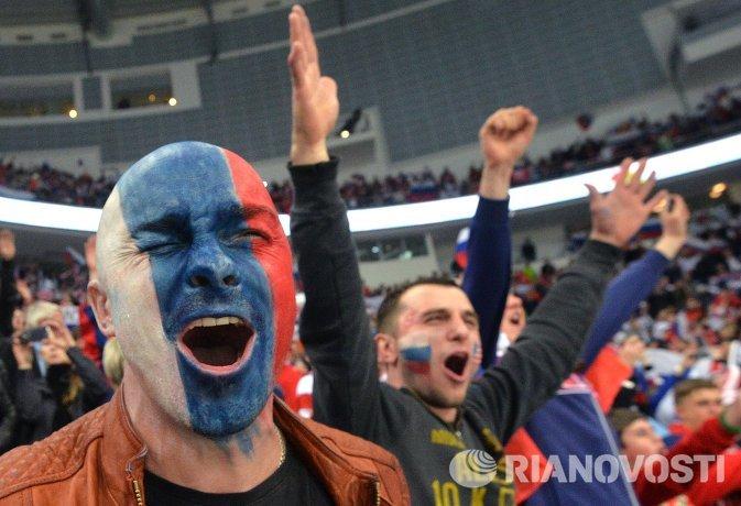 Болельщики сборной России поддерживают свою команду в матче группового раунда против США