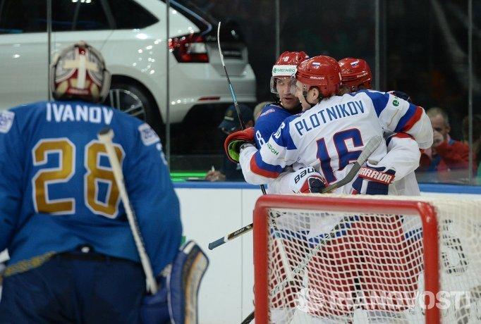 Хоккеисты сборной России радуются забитой шайбе в ворота Казахстана