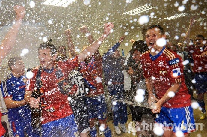 Футболисты ЦСКА Алан Дзагоев и Сергей Игнашевич (слева направо) радуются победе в чемпионате России