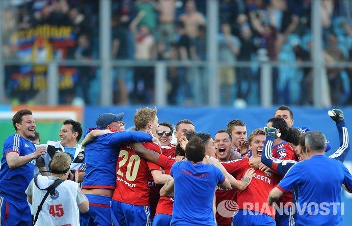 Футболисты ЦСКА и тренерский штаб радуются победе в матче 30-го тура чемпионата России по футболу