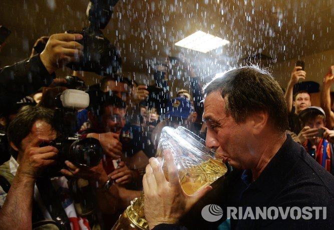 Евгений Гинер с кубком чемпионата России по футболу