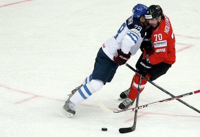Защитник сборной Финляндии Юри Марттинен и нападающий сборной Швейцарии Денис Холленштайн