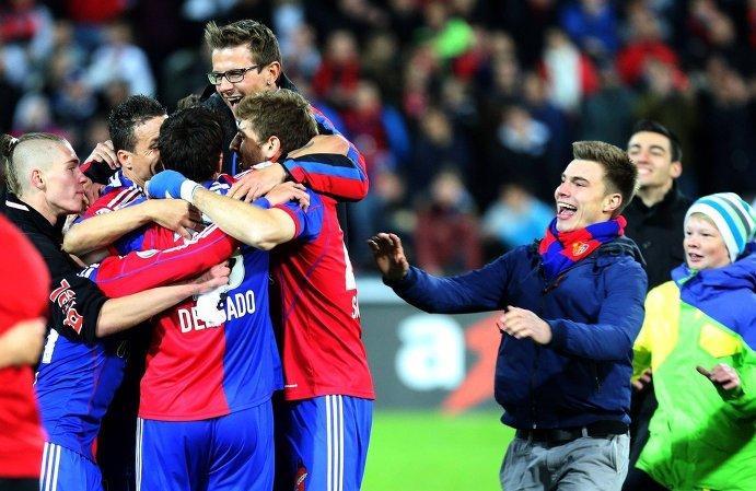 Футболисты Базеля радуются вместе с болельщиками победе в чемпионате Швейцарии