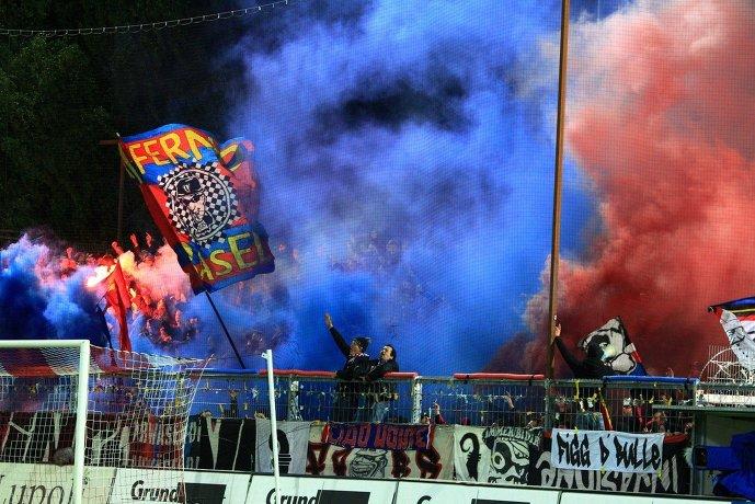 Болельщики Базеля празднуют победу своей любимой команды в чемпионате Швейцарии