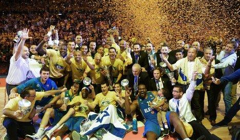 Церемония награждения Маккаби после победы в Евролиге