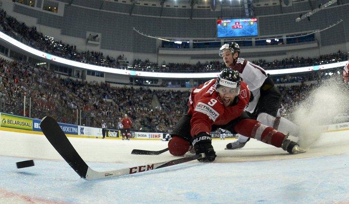 Нападающий сборной Швейцарии Томас Рюфенахт и защитник латышской сборной Кристапс Сотниекс (на заднем плане)
