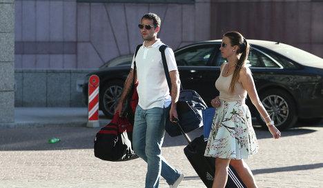 Полузащитник Краснодара Роман Широков с женой прибыл на сбор национальной сборной по футболу