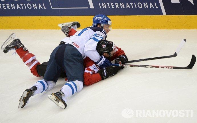 Нападающий сборной Финляндии Томми Хухтала (в светлой форме) и форвард сборной Канады Трой Брауэр