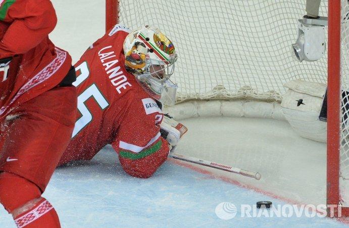Вратарь сборной Белоруссии Кевин Лаланд пропускает шайбу в четвертьфинальном матче чемпионата мира по хоккею