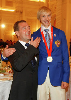 Дмитрий Медведев и олимпийский чемпион по прыжкам в высоту Андрей Сильнов (слева направо)