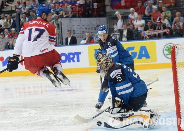Нападающий сборной Чехии Владимир Соботка (слева) и вратарь сборной Финляндии Пекка Ринне