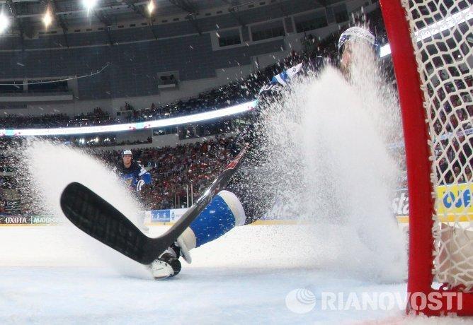 Нападающий сборной Финляндии Лео Комаров в полуфинальном матче чемпионата мира по хоккею между сборными командами Чехии и Финляндии
