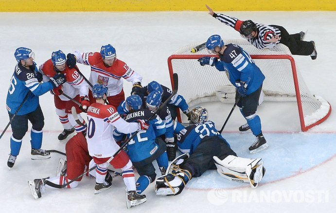 Хоккеисты сборных Финляндии и Чехии в полуфинальном матче чемпионата мира по хоккею