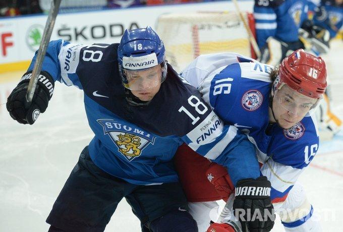 Защитник сборной Финляндии Туукка Мянтюля (слева) и форвард сборной России Сергей Плотников