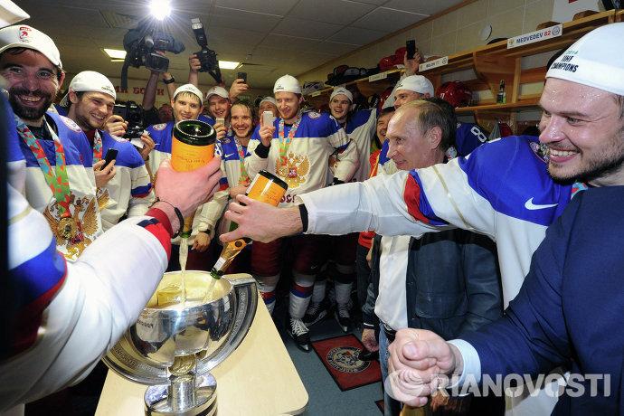 Владимир Путин (второй справа) поздравляет игроков сборной России