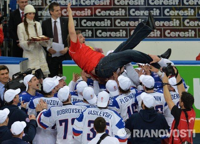 Игроки сборной России поздравляют главного тренера сборной России Олега Знарка