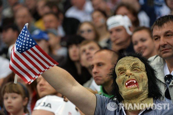 Болельщик сборной США во время матча группового раунда чемпионата мира по хоккею