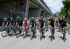 Члены команды Movistar во главе с победителем Джиро д'Италия Наиро Кинтаной (в центре)