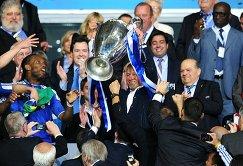 Владелец Челси Роман Абрамович радуется вместе с командой победе в Лиге чемпионов