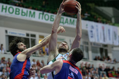 Разыгрывающий ЦСКА Милош Теодосич (слева)