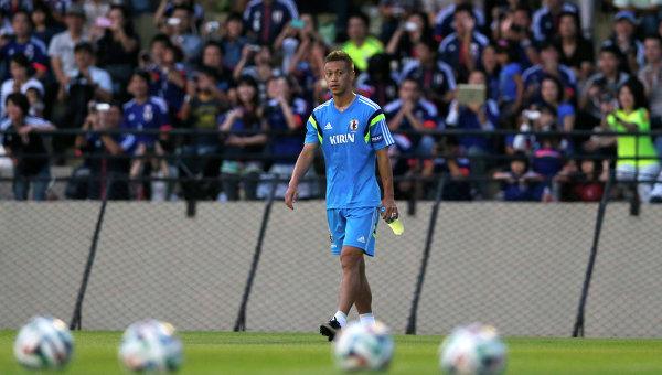 Полузащитник сборной Японии Кэйсукэ Хонда во время тренировки в Иту, Сорокаба, штат Сан-Паулу