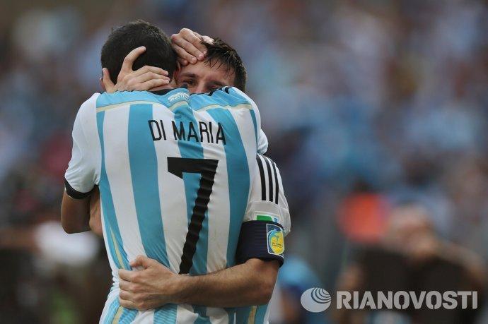 Нападающий сборной Аргентины Лионель Месси (справа) и полузащитник Анхель Ди Мария