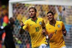 Форварды сборной Бразилии Неймар и Халк (справа)