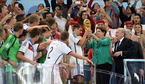 Президент Бразилии Дилма Роуссефф вручает кубок турнира команде Германии