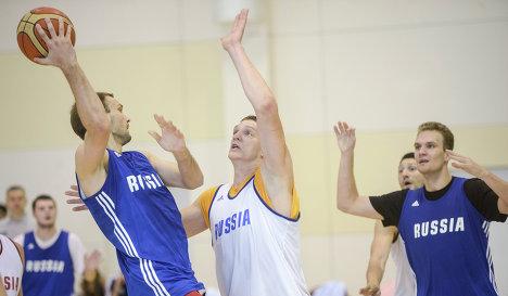 Баскетболисты сборной России Максим Григорьев, Тимофей Мозгов, Анатолий Каширов (слева направо) на тренировке