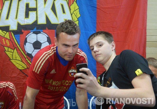 Игорь Акинфеев (слева)
