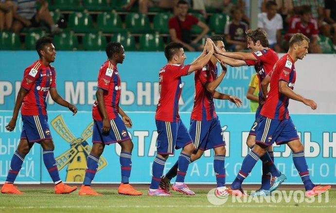 Футболисты ПФК ЦСКА радуются забитому голу