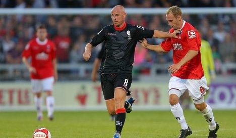 Ники Батт (слева) в матче за команду Класс-92 борется за мяч с полузащитником Сэлфорд Сити Ники Платтом