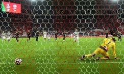 Вратарь Рубина Сергей Рыжиков (справа) пропускает пенальти от полузащитника ЦСКА Бибраса Натхо