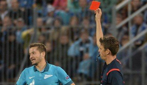 Главный судья Джанлука Рокки показывает красную карточку полузащитнику Зенита Виктору Файзулину (слева).