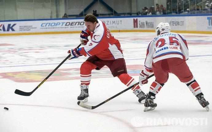 Алексей Касатонов (слева) на благотворительной хоккейной акции От Чистого Сердца в городе Чехове Московской област