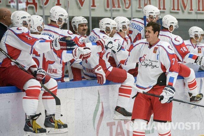 Евгений Малкин (справа) на благотворительной хоккейной акции От Чистого Сердца в городе Чехове Московской области
