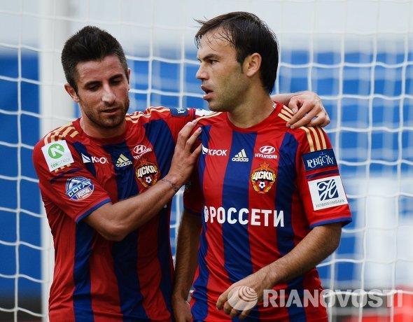Полузащитники ПФК ЦСКА Зоран Тошич и Бибрас Натхо (справа) радуются забитому голу