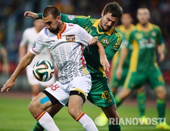 Нападающий ПФК Арсенал Александр Кутьин (слева) и защитник ФК Кубань Роман Бугаев