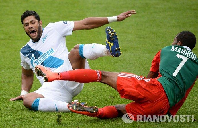 Нападающий Зенита Халк (слева) и полузащитник Локомотива Майкон