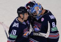 Форвард Металлурга Сергей Мозякин (слева) и вратарь Металлурга Василий Кошечкин