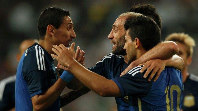 Футболисты сборной Аргентины Анхель ди Мария, Пабло Сабалета и Эрик Ламела (слева направо)