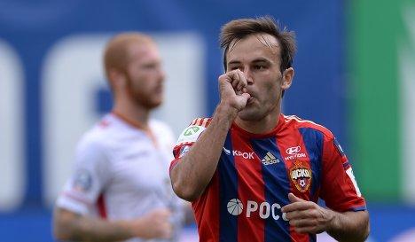 Полузащитник ПФК ЦСКА Бибрас Натхо радуется забитому голу