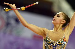 Маргарита Мамун (Россия) выполняет упражнения с булавами в индивидуальном многоборье