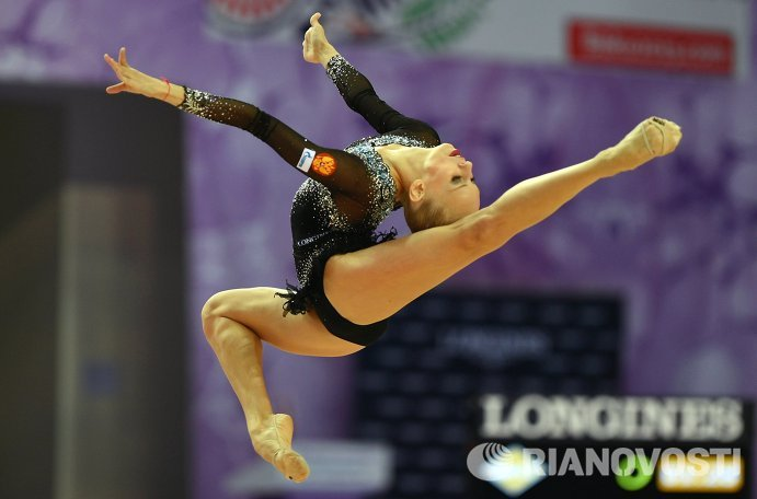 Яна Кудрявцева (Россия) выполняет упражнения с мячом в индивидуальном многоборье