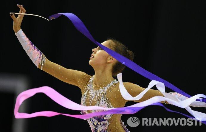 Маргарита Мамун (Россия) выполняет упражнения с лентой в индивидуальном многоборье