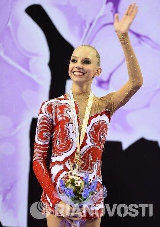 Яна Кудрявцева (Россия), завоевавшая золотую медаль в индивидуальном многоборье