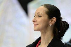 Тренер Анжелика Крылова наблюдает за выступлением фигуристов.