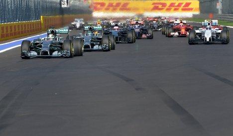 Гонщики на трассе в гонке на российском этапе чемпионата мира по кольцевым автогонкам в классе Формула-1