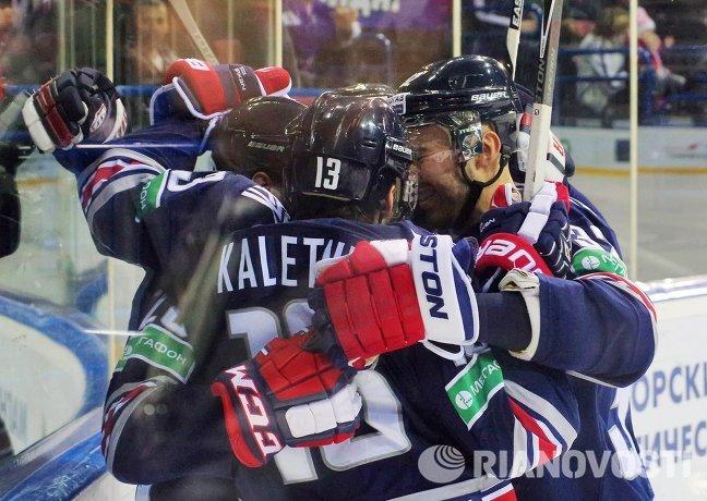 Хоккеисты Металлурга радуются забитой шайбе.